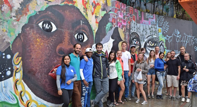 Tour a pie de los graffitis de Comuna 13 Colombia — #16
