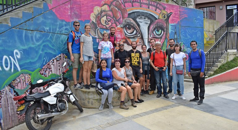 Tour a pie de los graffitis de Comuna 13 Colombia — #2