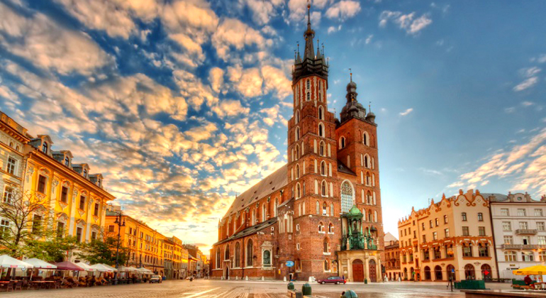 Free Old Town Krakow Tour Provided by Polonia Walking Tours (Paraguas Blanco)
