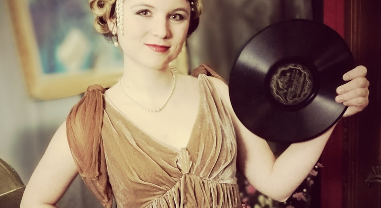 1920s Fashion Photoshoot in Paris Provided by Paris Retro Photoshoot